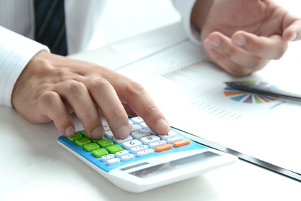 借金を計算する男性